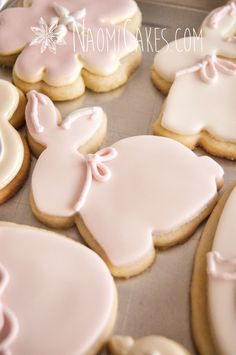 Trees are in bloom, flowers are beginning to make an appearance and I'm in the mood for baking! So, today I thought I'd share with you 25 beautiful Easter dessert recipes I have gathered for. Iced Cookies, Easter Cookies, Easter Treats, Cookies Et Biscuits, Sugar Cookies, Easter Food, Easter Party, Iced Biscuits, Easter Cupcakes
