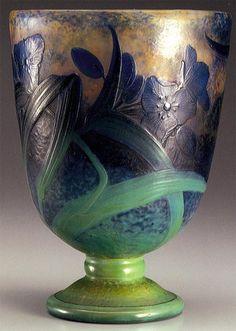 DAUM.  Vaso in vetro cameo con decoro floreale, lavorazione all'acido e alla mola, 1910. H. cm. 21. Kitazawa Museum of Art. (hva)