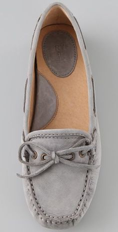 Suede moccasins by Frye- where can I find these? Need a pair of grey flats! Women's Shoes, Suede Shoes, Boat Shoes, Me Too Shoes, Shoe Boots, Casual Chique, Moda Outfits, Mein Style, Crazy Shoes