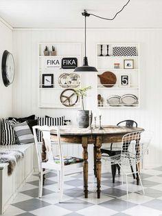 Une table en bois patiné et un total look bicolore pour le reste du mobilier