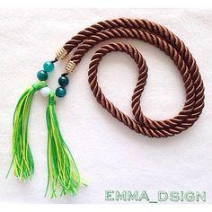 Espectacular collar largo en cordón de seda. Ideal para combinar con jeans  y completar un look urbano y moderno.