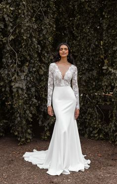 Meet Jenny Yoo's Veda gown for Fall 2020. Get lost in the lace of this decadent long sleeve gown while her supple Matte Crepe skirt seals the deal. Featuring a V neckline, Lace and Matte Crepe, a fit and flare silhouette, semi sheer bodice, and a long chapel train skirt. This gorgeous, romantic and boho wedding dress is a Fall / Winter wedding winner. Photo by Marcy Castelgrande. Crepe Wedding Dress, Wedding Dress With Veil, Fit And Flare Wedding Dress, Wedding Dress Styles, Wedding Gowns, Plan My Wedding, Wedding Stuff, Wedding Planning, Long Sleeve Gown