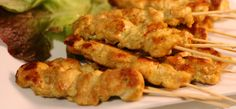 Een kipsatétje mag op geen enkele barbecue ontbreken. Dit is een makkelijk Recept voor Kipsate.