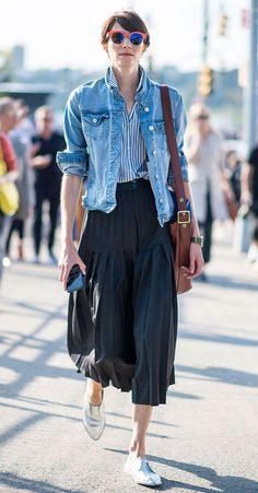 Street style look com saia midi plissada, camisa de listras e jaqueta jeans