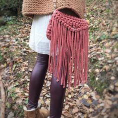Aprende a tejer un Clutch de trapillo con solapa. Moda Crochet, Crochet Fringe, Knit Crochet, Crochet Flower Tutorial, Crochet Flowers, Crochet Handbags, Crochet Purses, Hand Knit Bag, Boho Chique