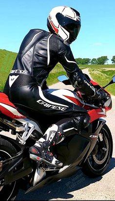 Motard Sexy, Bike Leathers, Motorcycle Suit, Biker Gear, Sneaker Boots, Leather Men, Bikers, Racing, Clothes
