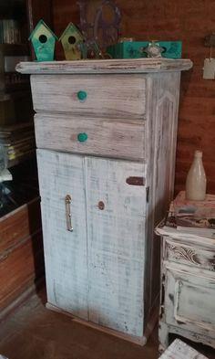 Mueble con cajonera, decapado en blanco, madera y verde,  tiradores verdes.