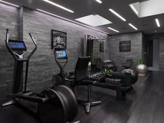 There is no rule that the home gym room is only for athletes. In fact, this gym room at your home can be the sign that you really have a big concern about your health. Best Home Gym Setup, Dream Home Gym, Gym Room At Home, Home Gyms, Home Gym Garage, Gym Interior, Interior Modern, Luxury Gym, Luxury Homes