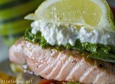 Salmalaks med pesto og ovnsbakte grønnsaker. Salmon Burgers, Camembert Cheese, Fish, Ethnic Recipes, Pisces