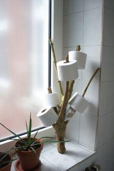 Kreative Art zur Aufbewahrung von Reserve-Toilettenpapierrollen.