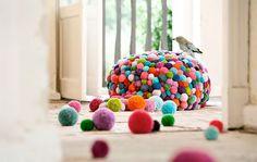 bei MYK, dem Label von Myra Klose. Die Berliner Designerin entwickelt Softskulpturen, Teppiche und Wohnaccessoires aus Bommeln in ihrem Kreuzberger Atelier komplett in Handarbeit.