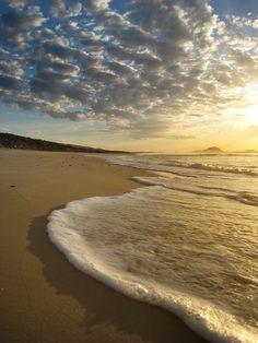 Amanecer en la costa de Canelones, Uruguay. Al fondo el Cerro Pan de Azucar…
