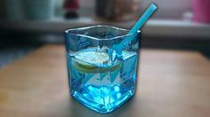 DIY Geschenkidee - Flaschen mit einem Glasschneider trennen / schneiden und Trinkgläser selber gestalten.  In diesem Fall wurde aus einer formschönen Bombay Sapphire Gin Flasche ein schönes Glas geschnitten. Der unverkennbare blaue Farbton erinnert an das karibische Meer und ist ein wirklich tolles Geschenk für eure Lieben. Leicht und schnell nachzumachen. Due komplette Anleitung kann auf Youtube betrachtet werden.  https://youtu.be/HBTjHTFSClE