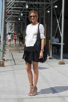 En la tercera jornada de desfiles de la Semana de la Moda de Nueva York Olivia Palermo se decantó por una falda negra con una sudadera gris que combinó con un par de sandalias diseñadas por ella para Aquazzura (FOTO: CORDON PRESS).