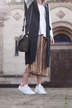 Velvet Midi Skirt Samtrock H&M Streetstyle Outfit Spring Look Frühling Layers Layering Adidas Superstar Stan Smith Fashionblogger Sariety Modeblog Heidelberg