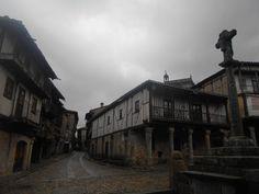 La Casa de los Duques de Alba, la espedaña  de la iglesia y la cruz de la plaza.