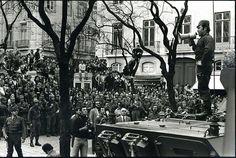Portugal. Lisboa. 25 de Abril 1974. Capitão Salgueiro Maia falando à multidão.