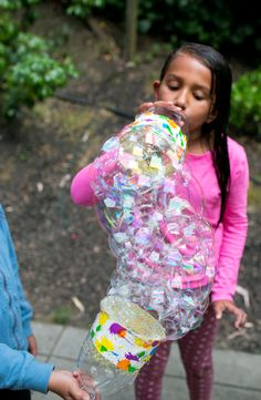Find out how to make this clever and easy DIY recycled bottle bubble blower to make amazing LARGE bubbles! Science Projects For Kids, Kids Learning Activities, Summer Activities For Kids, Science For Kids, Diy Crafts For Kids, Preschool Science, Sock Bubbles, Back To School Art Activity, Bubble Diy