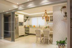 Cozinha classica – integrada com a sala, com portas abertas cozinhas clássicas por michele moncks arquitetura clássico Kitchen Glass Doors, My House, Interior Design, Wood, Table, Furniture, Home Decor, Kitchens, Diy