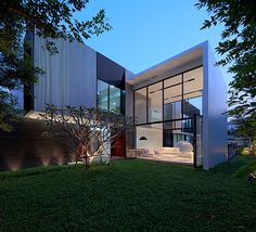 Proyecto: Yak01. Localización:  Yen Akat road (Bangkok / Thailand). Año: 2011-2013. Arquitecto: Ayutt Mahasom. Diseño de interiores: Ayutt Mahasom. Paisajismo: Ayutt Mahasom. Superficie parcela: 560 m2. Superficie construida: 500 m2. Fotografías: Piyawut Srisakul.