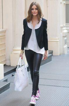 Las zapatillas reinan - Olivia Palermo con un look en blanco y negro con zapatillas rosa fucsia