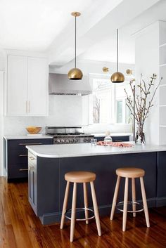 Find ideas for your brass and marble kitchen from one inspiring kitchen makeover. Brass and marble are on trend for kitchens, get inspired on domino.
