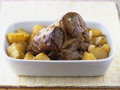 Lammbraten mit Kartoffeln ist ein Rezept mit frischen Zutaten aus der Kategorie Lamm. Probieren Sie dieses und weitere Rezepte von EAT SMARTER!