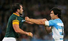 CHOQUE. El sudafricano Bismarck du Plessis queda frente al Puma Matías Moroni en un momento del partido que los seleccionados disputan en el estadio Olímpico de Londres, el viernes 30 de Octubre de 2015. (Action Images via Reuters / Peter Cziborra)