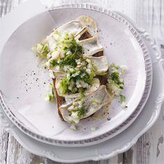 Rezept von Stevan Paul: Gratiniertes Ziegenkäsebrot mit Birnen-Staudensellerie-Salat