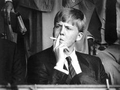 Genietend van een sigaret zit prins Willem-Alexander in 1985 op de tribune bij het Chio-springtoernooi in Rotterdam.