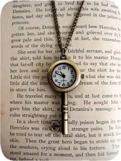 This is gorgeous. It could go in my books or photography category too. I really love this key pendant, timepiece. pingente de chave e relogio Antique Keys, Vintage Keys, Antique Clocks, Vintage Jewelry, Skeleton Watches, Skeleton Keys, Skeleton Key Crafts, Skeleton Key Necklace, Pocket Watch Necklace