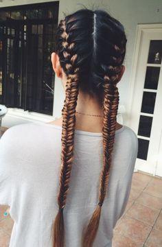 Idée coiffure stylée et pratique : La double tresse africaine. Plus d'excuse pour rater sa séance de sport avec notre look ultra tendance !