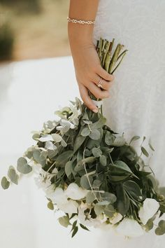 wedding inspo Your wedding flowers are actually a fundamental part of your wedding ceremony. Before you decide, there happen to be factors you really need to fully understand. Learn how to choose the best flowers for your very special day. Simple Wedding Bouquets, Wedding Flower Guide, Bride Bouquets, Floral Wedding, Wedding Flowers, Boho Wedding, Wedding Flower Photos, Arch Wedding, Wedding Ideas