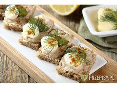 Tuńczyka odcedź z zalewy i zmiksuj z majonezem na pastę.  Kromki chleba przekrój na pół i posma... Pesto, Lunch, Ethnic Recipes, Food, Eat Lunch, Essen, Lunches, Yemek, Meals