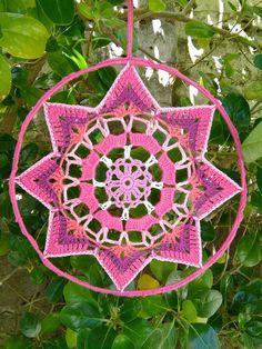 Crochet Craft Fair, Crochet Wall Art, Crochet Wall Hangings, Crochet Home Decor, Love Crochet, Crochet Crafts, Crochet Dreamcatcher Pattern, Crochet Mandala Pattern, Crochet Motifs