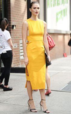 Yellow Closet: É livre trânsito!  #Yellow #Closet: É #livre #trânsito   #tendência #celebridades #cor #TrendyNotes #closet #outfit #tom #mais #trendy do #ano: o #amarelo! #amarelos #look #sofisticado e #elegante #CarolineByron #Street #Style #at #NewYorkFashionWeek #Spring #2016