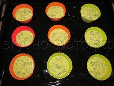 Кексы (или пирог) из плавленных сырков с зеленью честно говоря больше напоминают нежный омлет с начинкой, чем «кекс» как таковой. Но несмотря на небольшое несоответствие названию, они очень вкусные, сытные и нежные — отличный вариант для завтрака. Так же хороши как в горячем, так и в холодном виде.