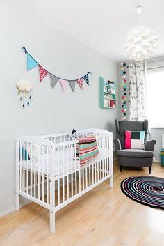 Boho Deco Chic: Una habitación de bebe escandinava con toques de color!