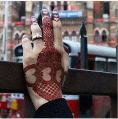 As Rakshabandhan 2019 is Coming, and colleges have started, Here's an article on Henna Mehndi Designs which you can easily pull off to college. Khafif Mehndi Design, Floral Henna Designs, Back Hand Mehndi Designs, Mehndi Designs 2018, Mehndi Designs Book, Modern Mehndi Designs, Mehndi Designs For Girls, Mehndi Designs For Beginners, Mehndi Design Photos