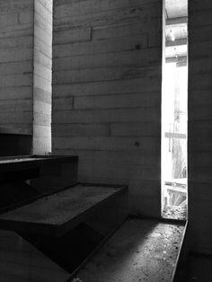 Casa Coyoacán - Núcleo de escaleras de concreto aparente, proceso de obra. #arquitectura #luznatural #concreto #hormigón #santorojo