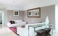 Vejam a diferença que a pintura na parede e um tapete de cor contrastante faz no todo. O espelho também trouxe maior sensação de amplitude