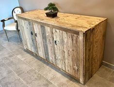 Recycled Pallets Entryway Giant Table with Drawers: Here we have a great idea for recycled wood pallets entryway table, which you can copy easily to place Recycled Pallet Furniture, Wooden Pallet Furniture, Recycled Pallets, Wood Pallets, Wooden Crates, Recycled Wood, Pallet Wood, Diy Furniture Making, Building Furniture