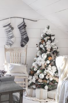 and Cream Christmas Bedroom This cozy master bedroom is beautifully decorated for Christmas with soft neutrals and tons of farmhouse charm.This cozy master bedroom is beautifully decorated for Christmas with soft neutrals and tons of farmhouse charm. Hygge Christmas, Christmas Bedroom, Noel Christmas, Rustic Christmas, White Christmas, Theme Noel, Outdoor Christmas Decorations, Xmas Tree, Christmas Inspiration