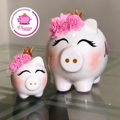 PiggyQueen 🐽 Rose 🥰 Grande & Mini. Promoción de Mayo. 𝑨𝒍𝒄𝒂𝒏𝒄𝒊𝒂𝒔 𝑷𝒆𝒓𝒔𝒐𝒏𝒂𝒍𝒊𝒛𝒂𝒅𝒂𝒔 𝑷𝒊𝒈𝒈𝒚𝒔. 🐽 👇🏻👇🏻👇🏻 ⭐️Alcancías Personalizadas, pintadas a… Girl Shower, Baby Shower, Baby Barbie, Cute Piggies, Pig Party, Family Crafts, Doodle Drawings, Hand Painted Ceramics, Ceramic Painting
