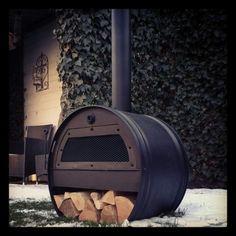 Tuinkachel - gemaakt van een oud olie vat! Outdoor Fire, Outdoor Living, Outdoor Decor, Barrel Stove, Barris, Oil Barrel, Small Fireplace, Steel Barrel, Oil Drum