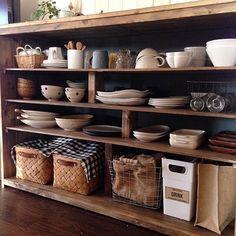 女性で、3LDK、家族住まいのインスタ→chii_ne/キッチン/コンテスト参加中/食器棚DIY/キッチン…などについてのインテリア実例を紹介。「キッチンコンテスト用のため、再投稿です。 つい最近食器棚を作りました。 棚板の支えにしている板は、あえて棚の奥行きより狭いものしたので、支柱後ろにも収納できます。 1番下はペットボトルのストックや、エコバッグ、野菜ストック、レシピ本などをカゴ収納しています。」(この写真は 2015-11-11 11:19:36 に共有されました)