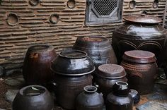 Kimchi jars, I'd love to have some for the garden. Korean Pottery, Kimchi, Pattern Art, Terracotta, Make Me Smile, Concept Art, Ceramics, Traditional, Jars