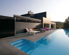 Une piscine d'exception, des sols habilement choisis pour la sublimer : http://www.espace-careo.com/amenagement-exterieur/dalle-exterieur-et-pave-exterieur/