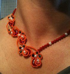 Eleganter Tatting (Occhi) Choker aus orange Seide Garn (oder mercerisierte Baumwolle, wenn es gewüscht ist), mit Perlen, Korall Perlen, Kristalle u...