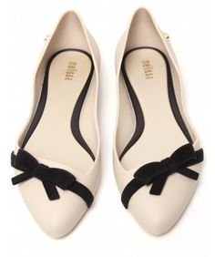 Ivory flats wiith black bow accent detail, better than heels any day! Cute Flats, Cute Shoes, Me Too Shoes, Bow Flats, Pretty Shoes, Beautiful Shoes, Dress Shoes, Dress Up, Boots